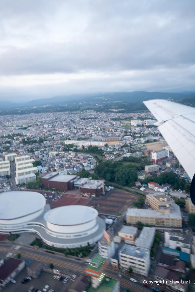 飛行機の窓から 函館アリーナ